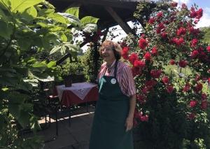 Gerda Rogge mit ihren Lieblingsblumen