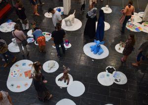 Weiße Spots für die Kunstvielfalt des Samstagsateliers am Gymnasium. Foto: TME