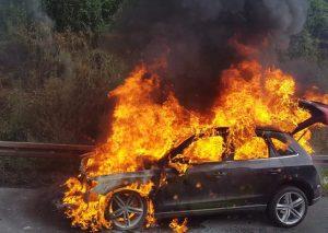 Beim Eintreffen der Feuerwehr brannte der Audi Q5 in voller Ausdehnung. Foto: Feuerwehr Velbert