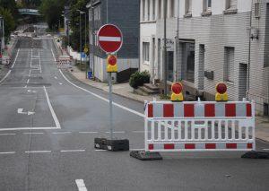 Abgesperrt: Ab der Goethestraße gibt es kein Weiterkommen auf der Mettmanner Straße in Richtung Innenstadt. Dabei geht es nur über die Mühlenstraße - einige Meter weiter geradeaus - in die Innenstadt Richtung zur Loev. Foto: TME